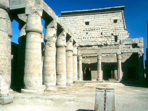 Hned za vstupním pylonem luxorského chrámu stojí na nádvoří chrám Tutmose III. Spolu se třemi kaplemi byl zasvěcen božské triádě - Amónovi, Mut a Chonsevovi. Zdejší sloupy, ve tvaru stvolů papyru, jsou o 200 let starší než sloupy hypostylu.