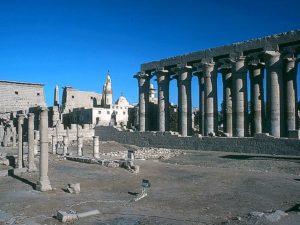 Od hlavního pylonu ve vstupu do Amónova chrámu míří návštěvníci k impozantní kolonádě Amenhotepa III. Tvoří ji 14 sloupů, zdobených hlavicemi ve tvaru papyru. Sloupy jsou vysoké 16 metrů a kdysi podpíraly strop ohromné síně. Kolonáda ústí na Sloupové nádvoří.
