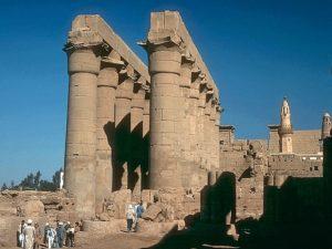 Chrám byl úplně zasypán, a tak se zachoval v poměrně dobrém stavu. Jeho vysvobození z písku trvalo dva roky. Součástí chrámových komplexů byly královské paláce. Nezachovalo se však z nich vůbec nic, protože, na rozdíl od kamenných budov chrámu, byly stavěny ze dřeva.