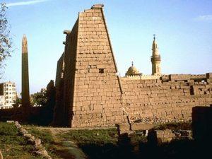 Před průčelím vstupního pylonu v luxorském chrámu boha Amóna stojí obelisk z růžové žuly. Je vysoký 24 metry. Původně tu stávaly obelisky dva. Jeden z nich však dnes zdobí náměstí Svornosti (Place de la Concorde) v Paříži. V 1 polovině 19. století ho sem daroval egyptský vicekrál Mohamed Alí.