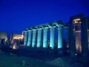 Noční pohled na Amonův chrám. Na jižním konci kolonády stávala Sloupová síň. Její strop neslo 32 sloupů rozmístěných do čtverce. Za síní se nacházely hlavní chrámové místnosti, obětní kaple a svatostánky jednotlivých bohů.