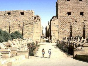 """První (vstupní) pylon karnackého chrámu je široký 115 metrů a vysoký 45 metrů. Stěny jsou silné až 15 metrů. Pro tyto rozměry bývá nazýván """"Vysoká brána karnacká"""". Přežil i nájezd Assyřanů v roce 663 př.n.l. Dobyvatelé, vedeni králem Aššurbanipalem, tehdy mnoho památek zcela zničili."""