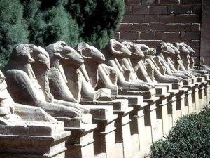 Alej sfing s beranními hlavami vede k prvnímu (vstupnímu) pylonu chrámu v Karnaku (Ipetisut). Právě beran byl ztotožněním boha Amóna, jako posvátné zvíře, ztělesňující symbol plodivé síly. Sfingy lemovaly posvátnou cestu zvanou dromos mezi Amónovými chrámy v Karnaku (Ipetisut) a Luxoru (Ipetresejet), po níž při slavnostech putovala posvátná bárka a odbývaly se zde ty nejvelkolepější slavnosti.