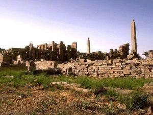 Po průchodu 3. a 4. pylonem karnackého chrámového komplexu míjejí návštěvníci dva obelisky. Ten vyšší je největší v Egyptě. Poté se otevírá vstup na ústřední nádvoří. Nachází se zde Velká síň Tuthmose III. se sloupy štíhlejšími u paty než na vrcholu.