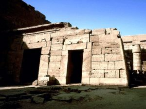 Nádvoří za vstupním pylonem je jedním z největších otevřených prostorů chrámového komplexu. Po levé straně stojí chrám Sethi II. se třemi svatyněmi božstev Amona, Muty a Chonseva. Severní a jižní stranu nádvoří lemují řady sloupů s hlavicemi ve tvaru papyru. Diagonálně v protilehlém rohu nádvoří se oproti chrámu Sethi II. nachází pozůstatky vstupu do chrámu Ramesse III., který vybíhá větší částí ven z obvodu prvního nádvoří mimo chrámovou stěnu z níž vystupuje jako velký výklenek.