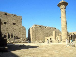 Taharkův sloup je pozůstatkem vysokého centrálního pavilonu o možná až dvaceti sloupech ve čtyřech řadách, kde byla uchováván boží bárka vynášená o procesích.