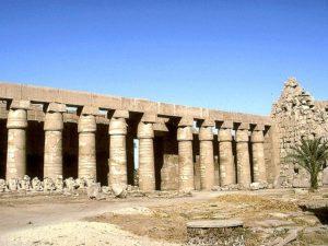Kolonáda podélně po obou stranách nádvoří propojuje první a druhý pylon. Na protilehlé straně nádvoří se nachází chrám Ramesse III. s vlastním menším pylonem, sochami vládce, hypostylovou halou s obětními scénami a vlastní svatyní pro Amonovu bárku.