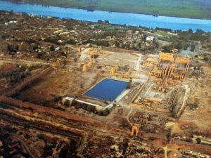 Chrám v Karnaku (Ipetisut) byl vybudován na východním břehu Nilu a původní vchod byl směrem k řece.