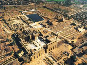 Letecký pohled na zbytky velkého Amonova chrámu.