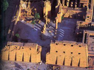 První dvůr Amonova chrámu půlila kolonáda, kterou nechal postavit faraon 25.dynastie Taharka.