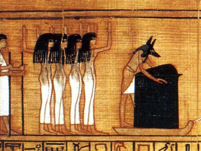 Anup dohlíží na ukládání mumie na pohřební bárku