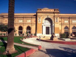Budova muzea a předměty vystavené v zahradách