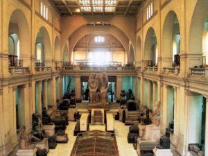Kolosální sochy v hlavním sále Egyptského muzea v Káhiře