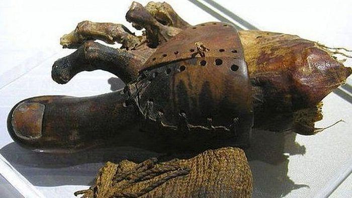 Náhrada prstu u nohy sloužila ke snazší chůzi a byla vyrobena ze dřeva a kůže.