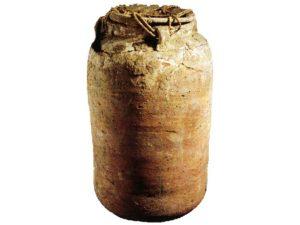 Džbán, který byl používán ke´skladování papyrových svitků (pochází z Dér el-Medíny).