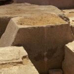 Velký žulový kámen zakrýval vstup do pohřební komory. Ačkoliv byl nepoškozen, hrobka byla vyloupená.
