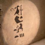 Hieroglyfy na dřevěné nádobě na kanopy odhalily jméno majitelky pyramidy.