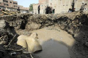 Egyptští a němečtí archeologové objevili v podzemních vodách káhirské chudinské čtvrti části obrovské starověké sochy. Věří, že znázorňuje faraona Ramesse II. FOTO: Reuters
