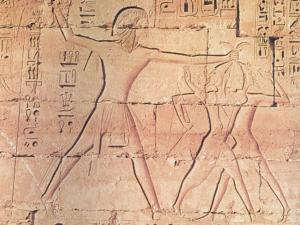 Opevněný vchod do Medínit Habu se zobrazením vítězství Ramesse III. nad koalicí mořských národů.