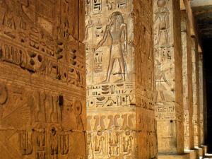 Monumentální sloupy na druhém nádvoří chrámu. Vidíme na nich Ramesse III., jak přináší obětiny bohům. Na spodních registrech jsou zapsána panovníkova jména.