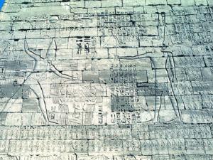 První (vstupní) pylon chrámu Ramesse III. s výjevy vítězství nad nepřáteli.