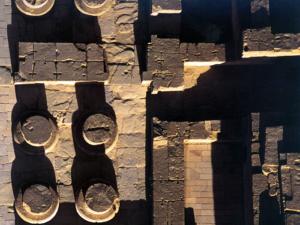 Základy ohromných sloupů v chrámu Ramesse III.