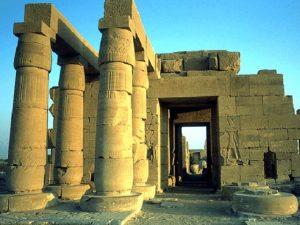 Mohutný chrám Ramesse II. je dnes v troskách. Stával v západních Thébách (Vasetu) a je známý pod názvem Ramesseum. Jen vstupní pylon byl 60 metrů široký.