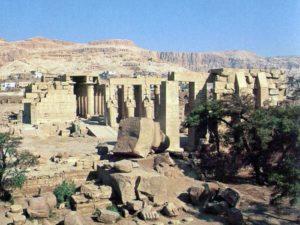Zbytky kolosální sochy Ramesse II. na Prvním nádvoří. Následuje Druhé nádvoří a Hypostylový sál.
