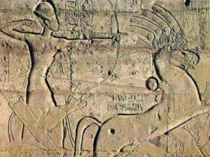 Detail výzdoby - Ramesse II. na válečném voze.