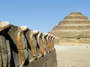 Dominantou Sakkáry je Stupňovitá pyramida (vlevo vlys kober)