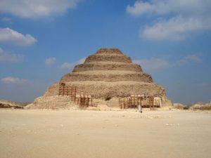 Stupňovitou pyramidu postavil Imhotep pro zakladatele 3. dynastie faraona Džosera