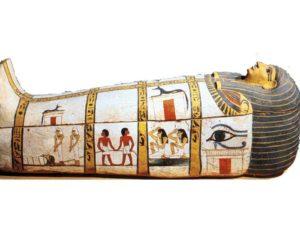 Dřevěná rakev zdobená štukem patřila dvorní dámě Madžetě (17. dynastie). Krom dvou postav Anupa je na rakvi zachycen pohřební průvod, tažení mumie a dvě plačky.