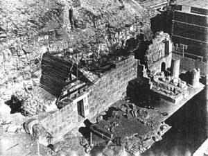 Komplex slunečního kultu před restaurováním (Foto: Egyptsko-polská archeologická a konzervační mise chrámu Hatšepsut v Dér el-Bahrí)