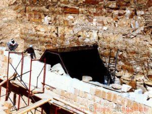 Práce na rekonstrukci v roce 2002 (Foto: Egyptsko-polská archeologická a konzervační mise chrámu Hatšepsut v Dér el-Bahrí)