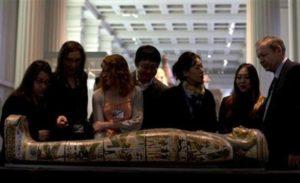 Zástupci médií na tiskové konferenci 9.4.2014 v Britském muzeu v Londýně stojí okolo mumie Tamut, chrámové pěvkyně z doby okolo roku 900 př.n.l.