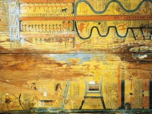Dno Guovi rakve zdobené mapou a výňatky z Knihy dvou cest.