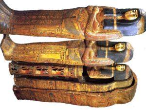 Tyto polychromované dřevěné rakve zdobené štukem patřily Tamutnofretě, Amonově pěvkyni.