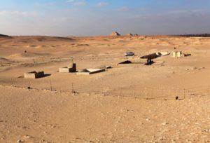 Tijova hrobka je dnes utopená v písku Západní pouště na okraji sakkárského pohřebiště. Autor: Miroslav Bárta / Český egyptologický ústav FF UK