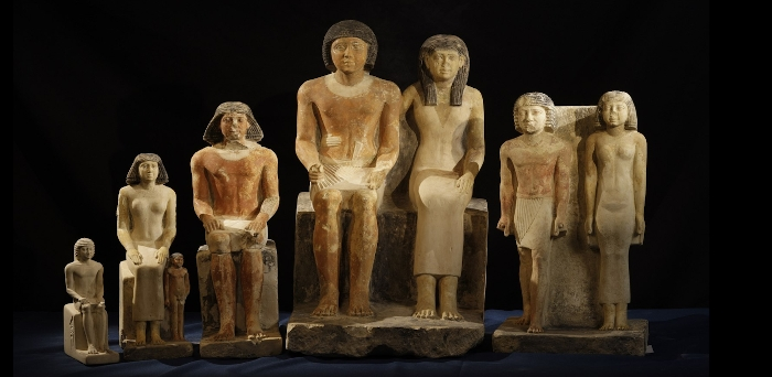 Sochy nalezené v serdábu Šeretnebtej a jejího manžela.