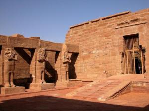 Nádvoří chrámu Wádí es-Sebua (Údolí lvů)