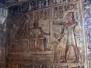 Ramesse II. obětuje bohům