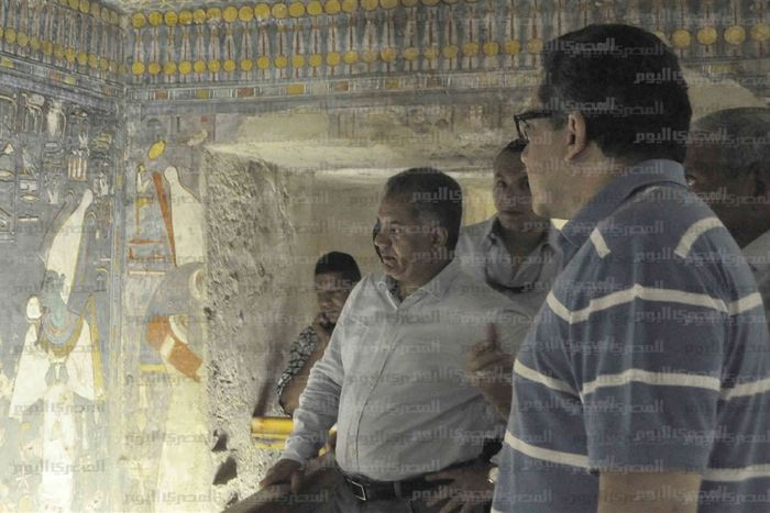 Ministr pro památky Mamdouh al-Damaty v zrenovované hrobce faraona Haremheba KV 57; Autor: Al-Masry Al-Youm