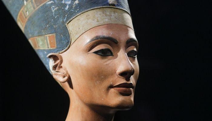 Busta královny Nefertiti objevená Ludvigem Borchardtem (zdroj: National Geographic Česko)