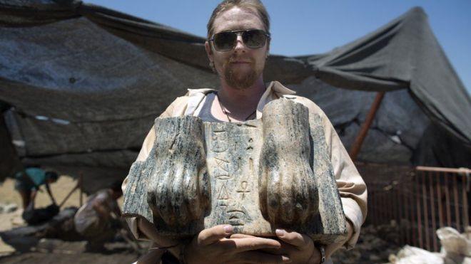 Nohy egyptské sfingy objevené v severním Izraeli