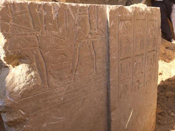 Rytiny na stéle z nově objevené hrobky (foto: Ministerstvo památek)