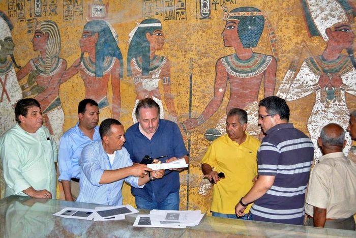 Hrobka KV62 - Výzkum v Tutanchamonově pohřební komoře. Nicholas Reeves (uprostřed) a ministr památek Mamdouh al-Damaty (v žlutém tričku) Foto: Nevine El-Aref