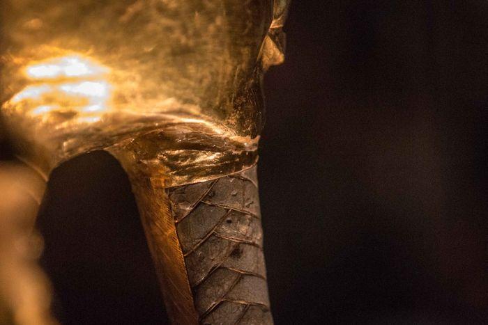 Tutanchamonova maska - Lepidlo je viditelné mezi vousem a tváří Tutanchamona; Foto: Mohamed Osama