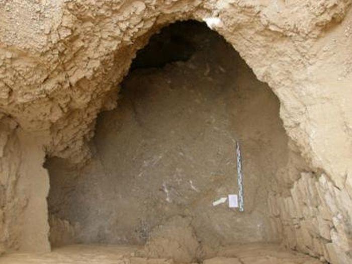 Otevření šachty s pohledem na vstup do pohřební komory hrobky kněžích Montu (Foto: Z. E. Szafranski)
